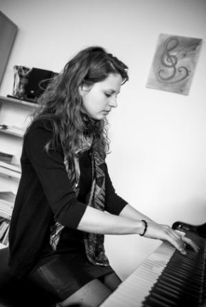 Klavierlehrerin Martina Weiss am Flügel