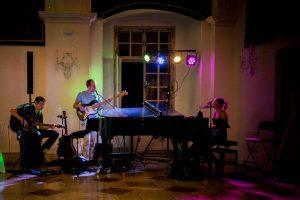 Livemusik mit Sängerin am Klavier