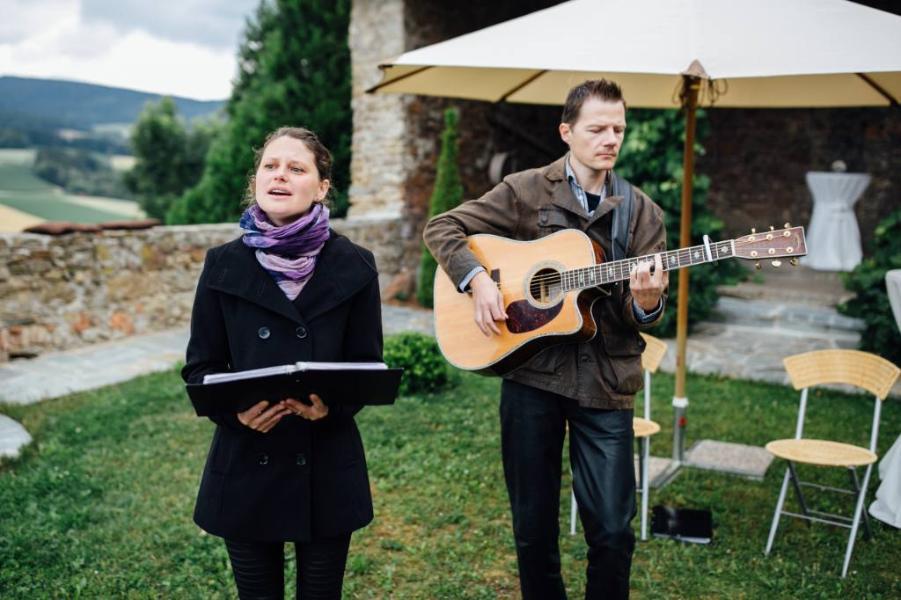 Taufe Mit Sängeringesangmusikgitarrenbegleitung