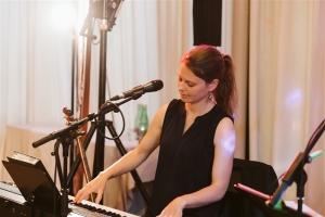 Wirt in Pesenbach mit Sängerin und Pianistin